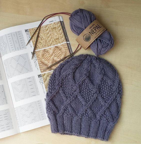 Вязаные шапки для женщин 50 лет: фото шикарных зимних моделей