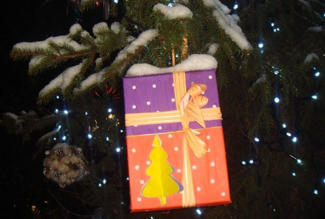 Изготавливаем большие новогодние игрушки на уличную елку